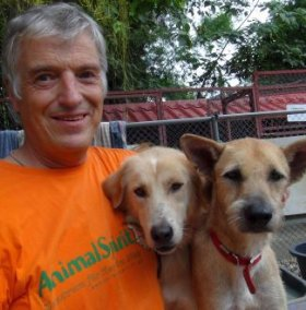 """Dr. Franz-J. Plank bei """"Care for Dogs"""" in Thailand"""