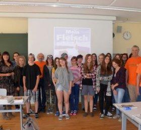 Tiroler Schnitzschule-Klasse mit Tierschutzlehrern